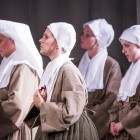Anne Sophie Duprels (2l) as Sister Angelica with chorus